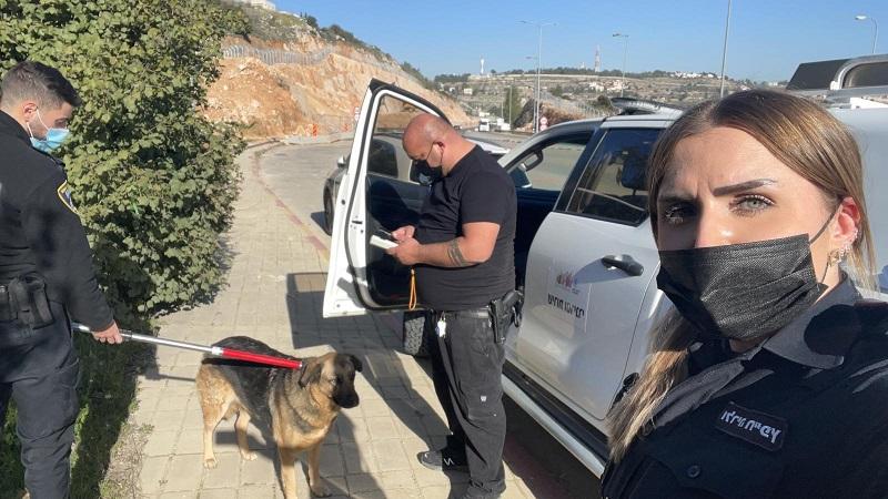 השוטרים והכלב האובד (צילום: דוברות המשטרה)
