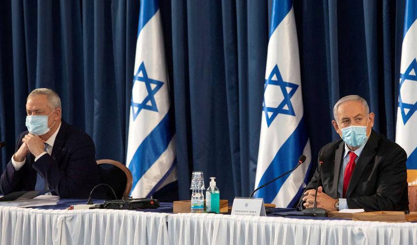 נתניהו וגנץ בישיבת הממשלה בירושלים, ביוני (צילום: POOL New/רויטרס)