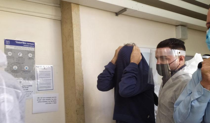 הפסיכולוג המוכר מירושלים, הבוקר - לפני הארכת מעצרו בבית משפט השלום בירושלים (צילום: שלומי הלר)