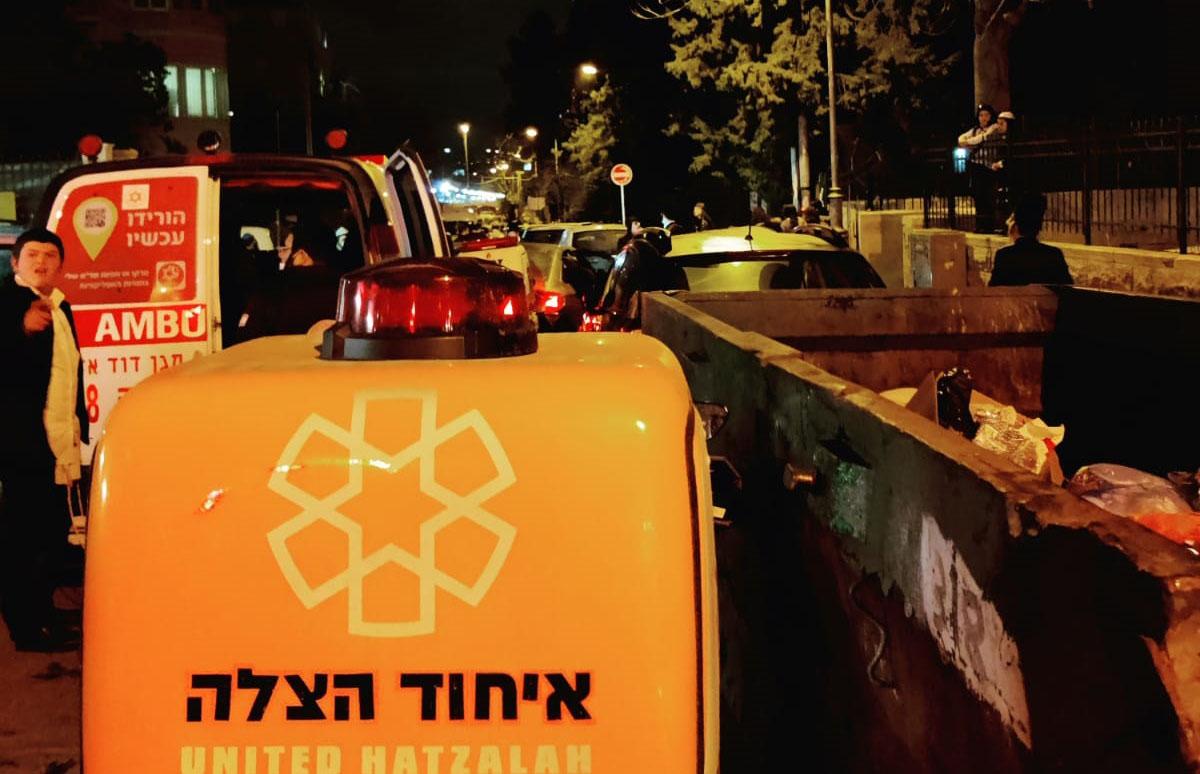 סמוך לזירת התאונה במאה שערים (צילום: דוברות איחוד הצלה)