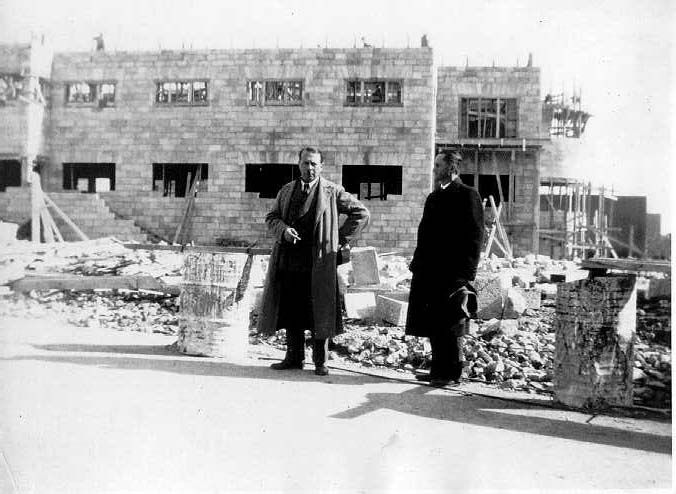 ריכרד קאופמן, ליד בניין שתכנן בירושלים (צילום: באדיבות הארכיון הציוני אוסף האדריכל קאופמן)