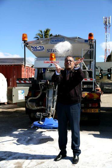 ראש העיר משה ליאון במרכז ההיערכות בגבעת שאול, היום (צילום: ארנון בוסאני)