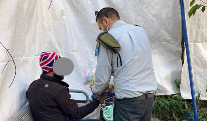 חלוקת משלוחי מנות לדרי רחוב במרכז למצבי חירום בעיריית ירושלים (צילום: המרכז למצבי חירום בעיריית ירושלים)