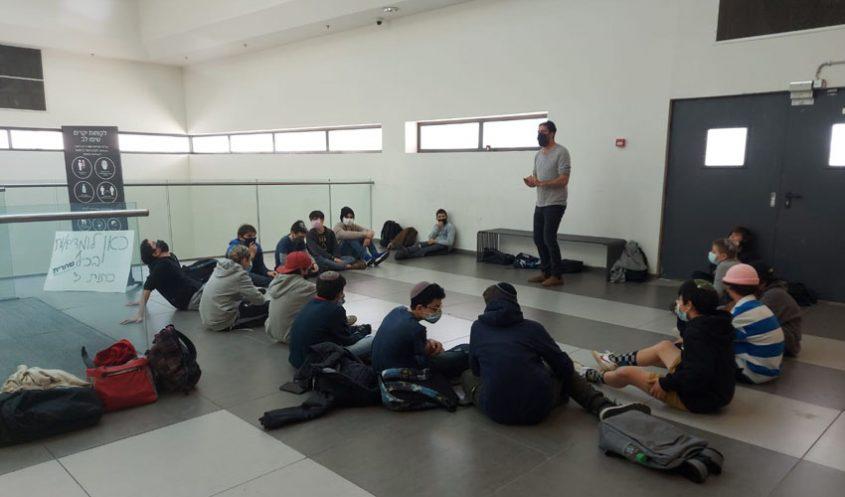 תלמידי שכבה ז', היום, בקניון הדר (צילום: תיכון שחרית)
