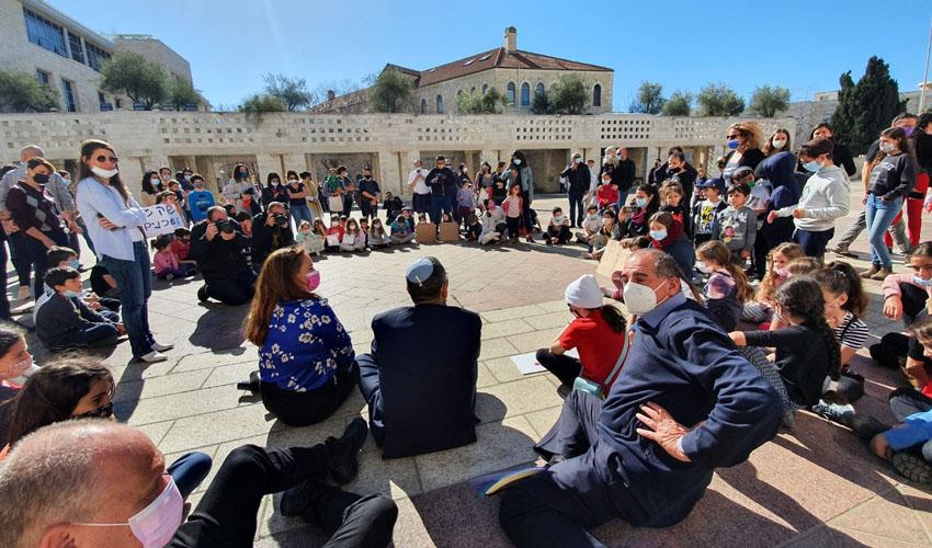 ראש העיר משה ליאון בהפגנת ההורים הבוקר (צילום: דוברות לשכת ראש העיר)