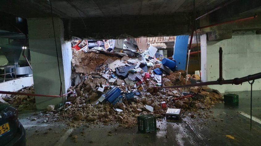 בור נפער במרכז העיר (צילום: כבאות והצלה לישראל מחוז ירושלים)