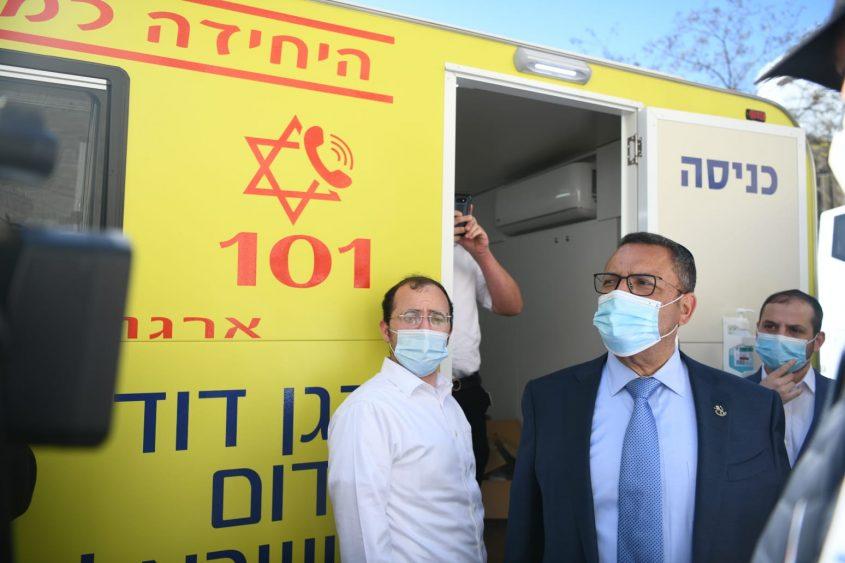 """ראש העיר משה ליאון בעמדת חיסונים של מד""""א (צילום: אריה לייב אברמס)"""