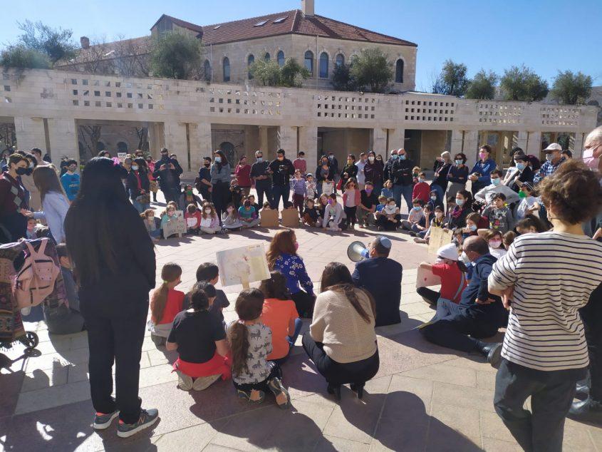 הפגנת ההורים בכיכר סםרא, הבוקר (צילום: לורה ורטון)
