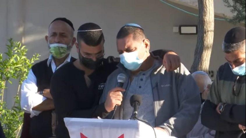"""רוני סחראי, אביו של ליאור חי סחראי ז""""ל בהלוויה (צילום: מתוך יוטיוב)"""