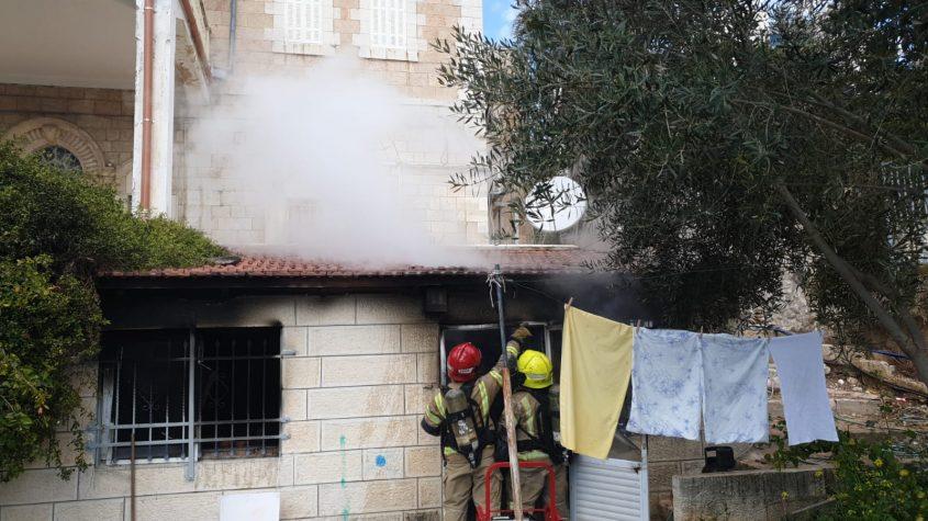 סמוך לזירת השריפה בשכונת שייח ג'ראח (צילום: דוברות כבאות והצלה ירושלים)