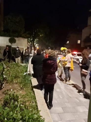 הפגנת קבוצת ההורים מבית הכרם הלילה מול ביתו של ראש העיר משה ליאון (צילום: פרטי)