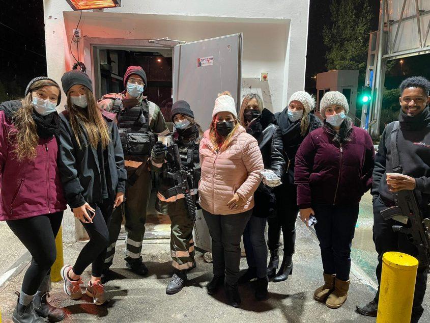 חברי סיעת התעוררות ופעילים בתנועה, הערב - מחלקים מרק ומאפים לחיילים בשלג (צילום: התעוררות)