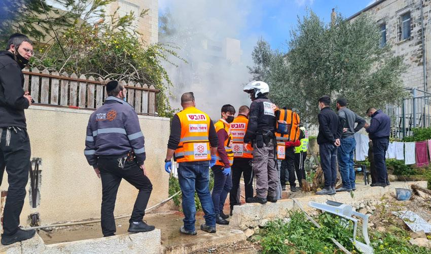 סמוך לשריפה ברחוב שמעון הצדיק בירושלים (צילום: דוברות איחוד הצלה)