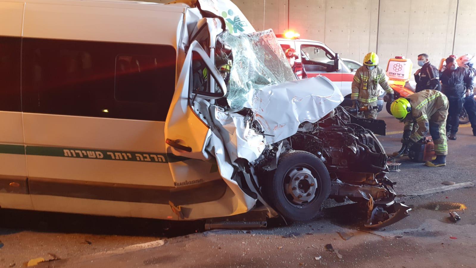 זירת התאונה בכביש בגין (צילום: דוברות איחוד הצלה)
