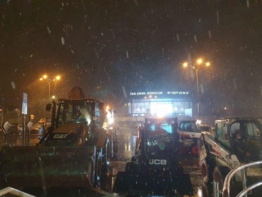 טרקטורים לפינוי שלג בהיכל הארנה (צילום: דוברות עיריית ירושלים)