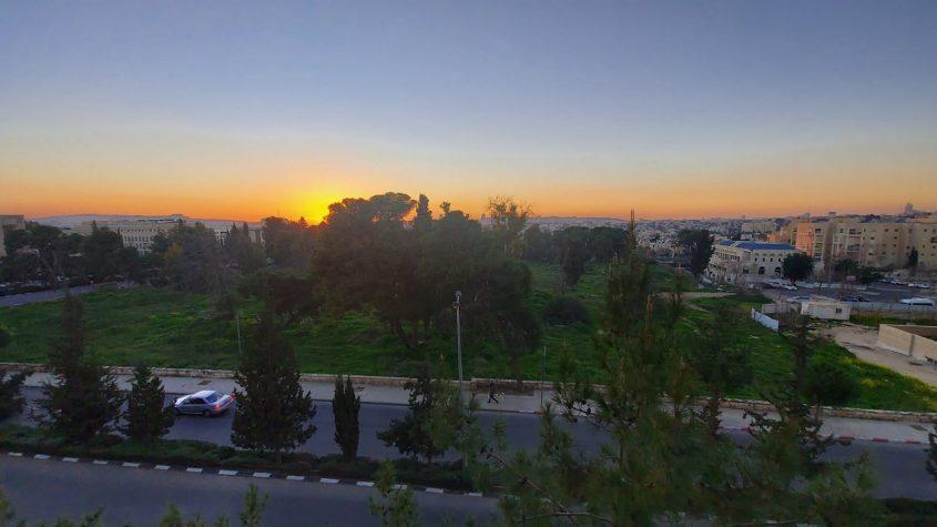 """השטח שבין הרחובות חנוך אלבק, דרך חברון וינובסקי, שבו מתוכנן להיבנות אחד המתחמים של שגרירות ארה""""ב (צילום: יפעת ראובן)"""
