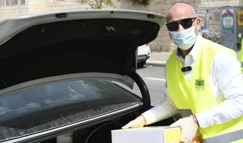 אילן בן סעדון מחלק חבילות סיוע במהלך סגר הקורונה (צילום: מתוך דף הפייסבוק של אילן בן-סעדון)