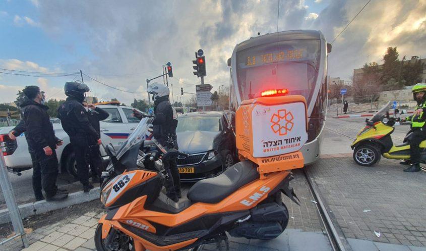 זירת התאונה - רכבת קלה ורכב פרטי (צילום: איחוד הצלה סניף ציון)