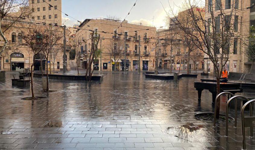 שטיפת כיכר ציון בירושלים - במסגרת עבודות הניקיון לקראת חג הפסח (צילום: דוברות עיריית ירושלים)