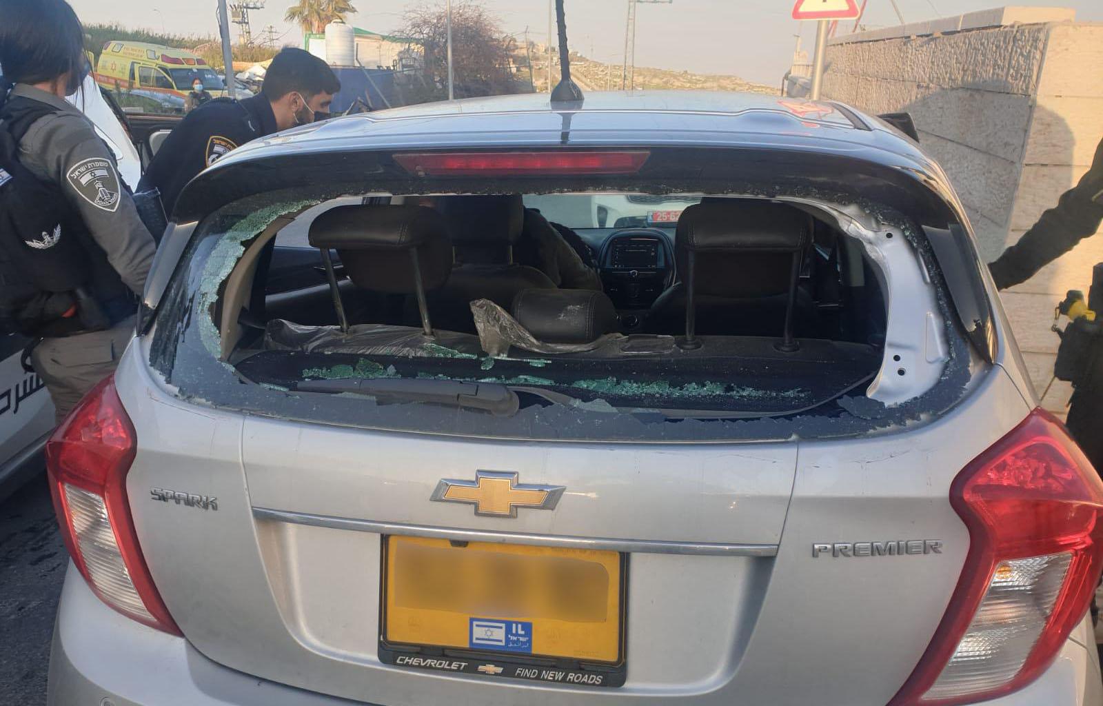 הרכב שנרגם באבנים בעיסאוויה (צילום: דוברות המשטרה)