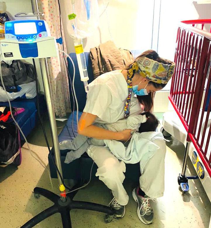 האחות יעל כהן והתינוקת (צילום: דוברות הדסה)