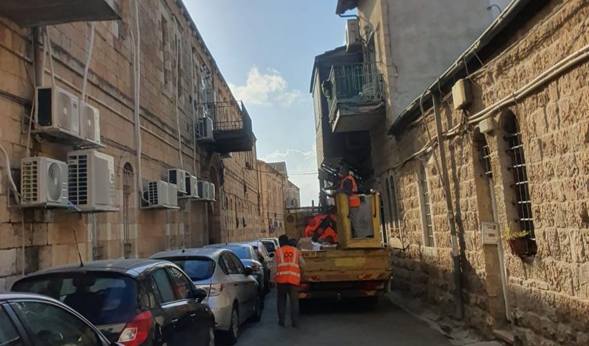 העבודות להתקנת התאורה בנחלאות (צילום: עיריית ירושלים)