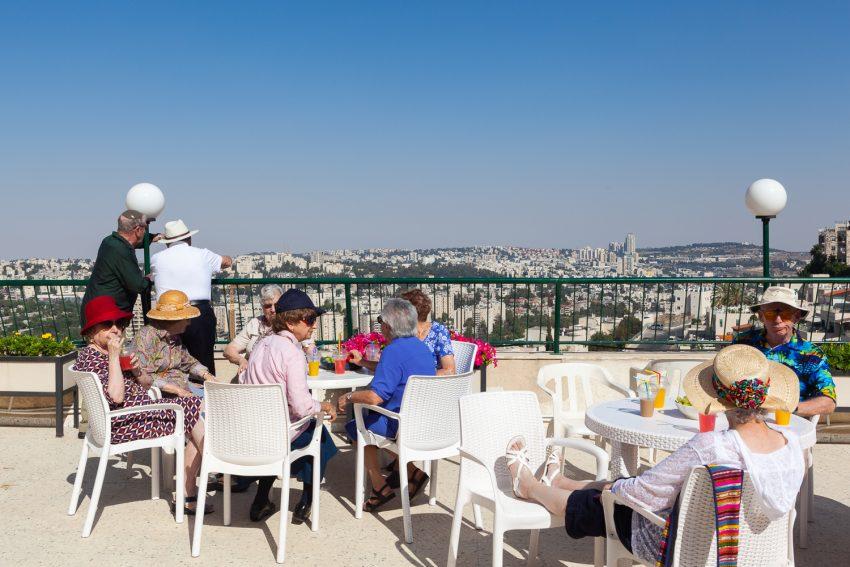 במרפסת דיור מוגן נופי ירושלים (צילום: גל בן זאב)