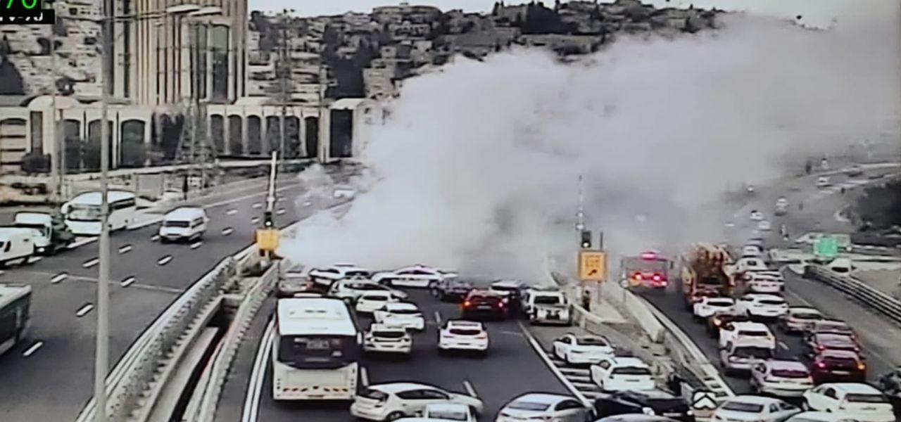 כביש בגין - רכב עולה באש (צילום: רץ ברשת מפורסם לפי סעיף 27 א לחוק זכויות היוצרים להוספת קרדיט נא לפנות למערכת)