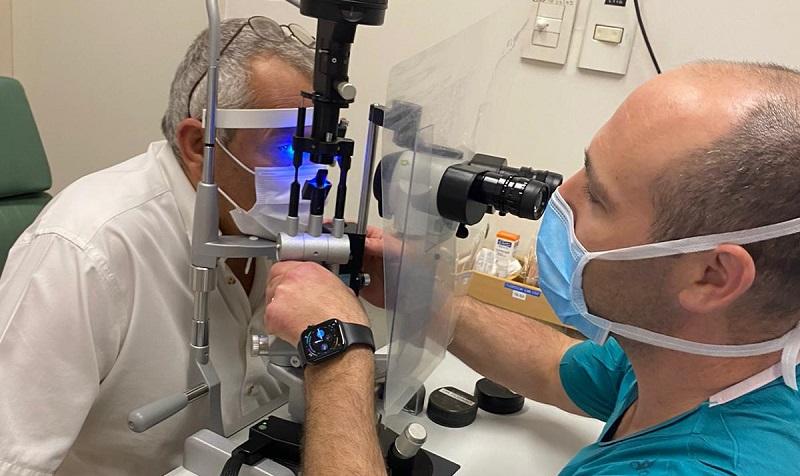 דורון ערוסי במהלך בדיקה בעינו (צילום: דוברות הדסה עין כרם)