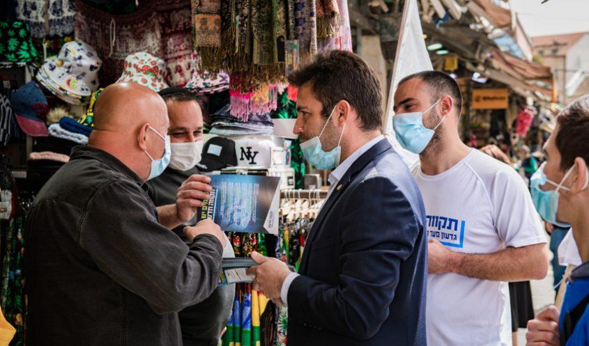 עופר ברקוביץ בסיור בשוק מחנה יהודה (צילום: תקווה חדשה)