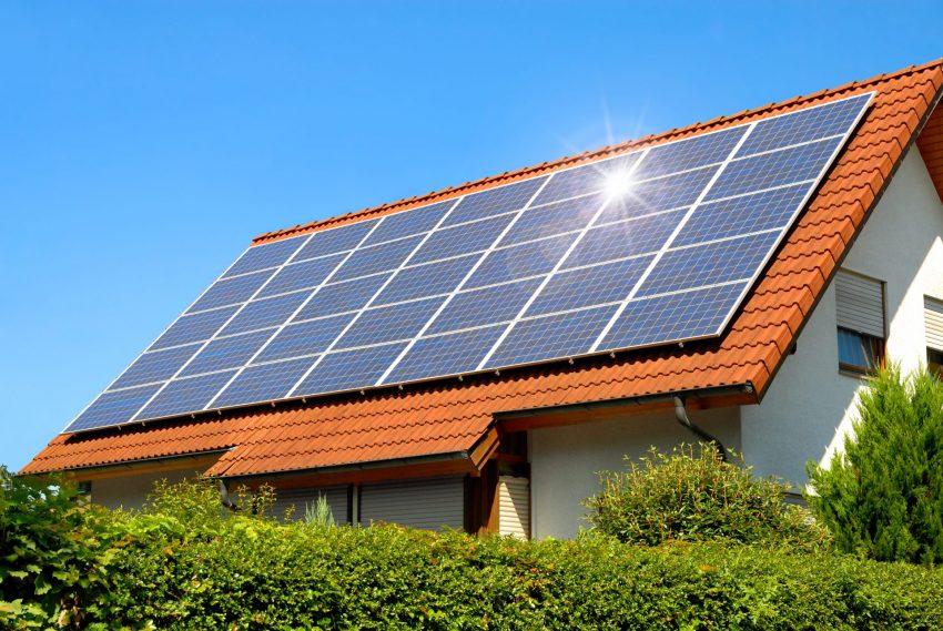פאנלים סולאריים על גגות מבנים (צילום: shutterstock)