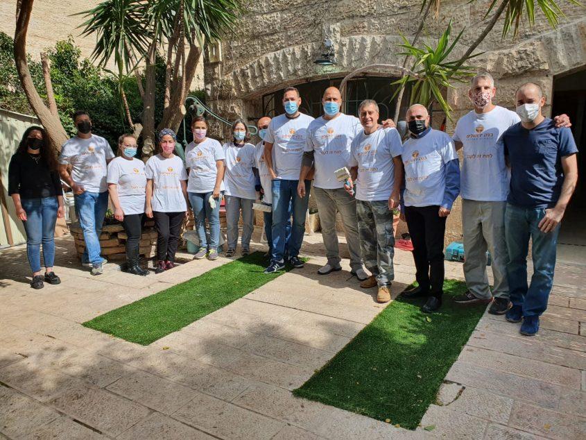 עובדי בנק ירושלים בעמותת החוט המשולש - יום המעשים הטובים (צילום: דן שושני יחסי ציבור)