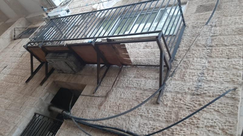 המרפסת ממנה נפלה האישה (צילום: דוברות איחוד הצלה)