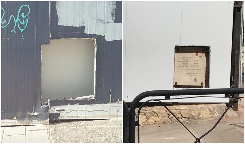 """(מימין) האנדרטה לזכר הרוגי הפיגוע ב""""קפה מומנט, המתחם ללא אנדרטה השבוע (צילומים: בנצי בן שוהם)"""