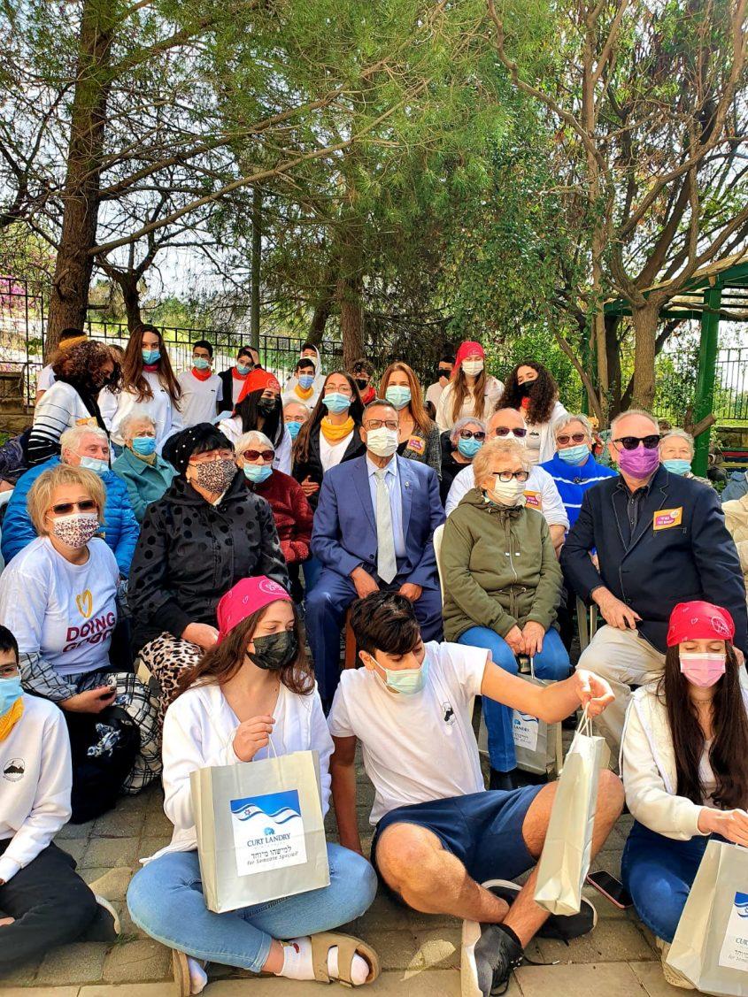 ראש העיר משה ליאון יחד עם חברי מועדון גיל הזהב בפסגת זאב - יום המעשים הטובים (צילום: דוברות העירייה)