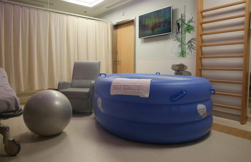 חדר לידה מים (צילום: דוברות שערי צדק)