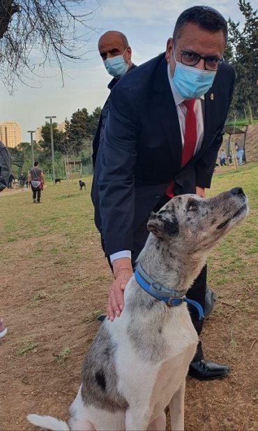משה ליאון בחנוכת גינת הכלבים בגן סאקר (צילום: דוברות עיריית ירושלים)