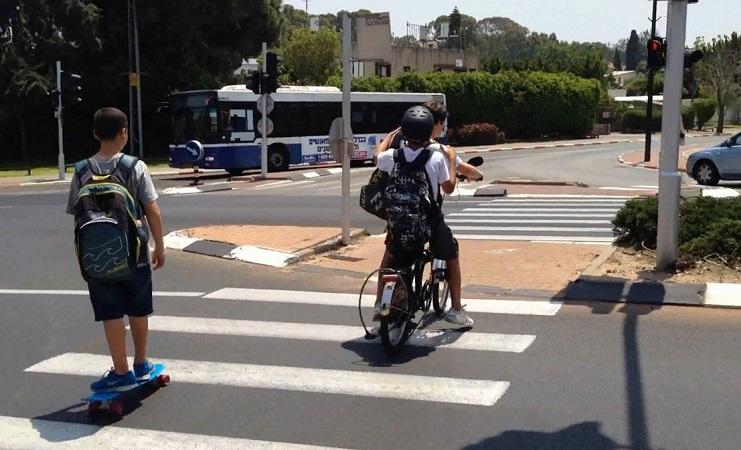 ילדים רוכבים על אופניים (צילום: אור ירוק)