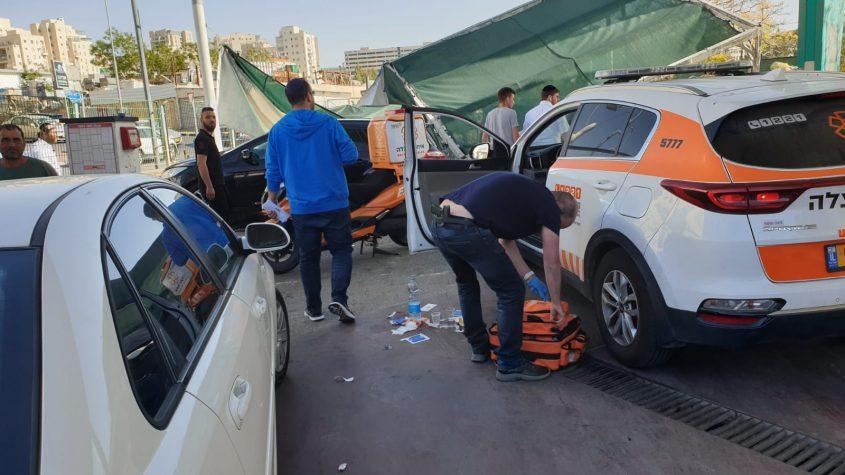 הזירה שבה הילדה נפגעה מגג של שטיפת רכבים (צילום: דוברות איחוד הצלה)