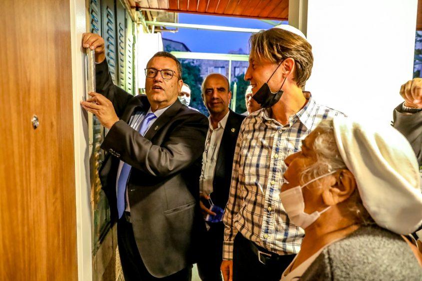 קביעת המזוזה בביתה של שרינה צירוקה - משה ליאון, גיל טופז ועופר איובי (צילום: ששון תירם)