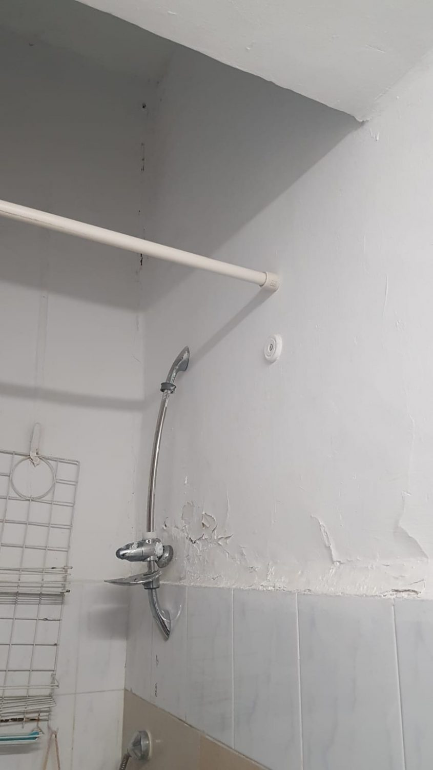 האמבטיה - לפני השיפוץ (צילום: ששון תירם)