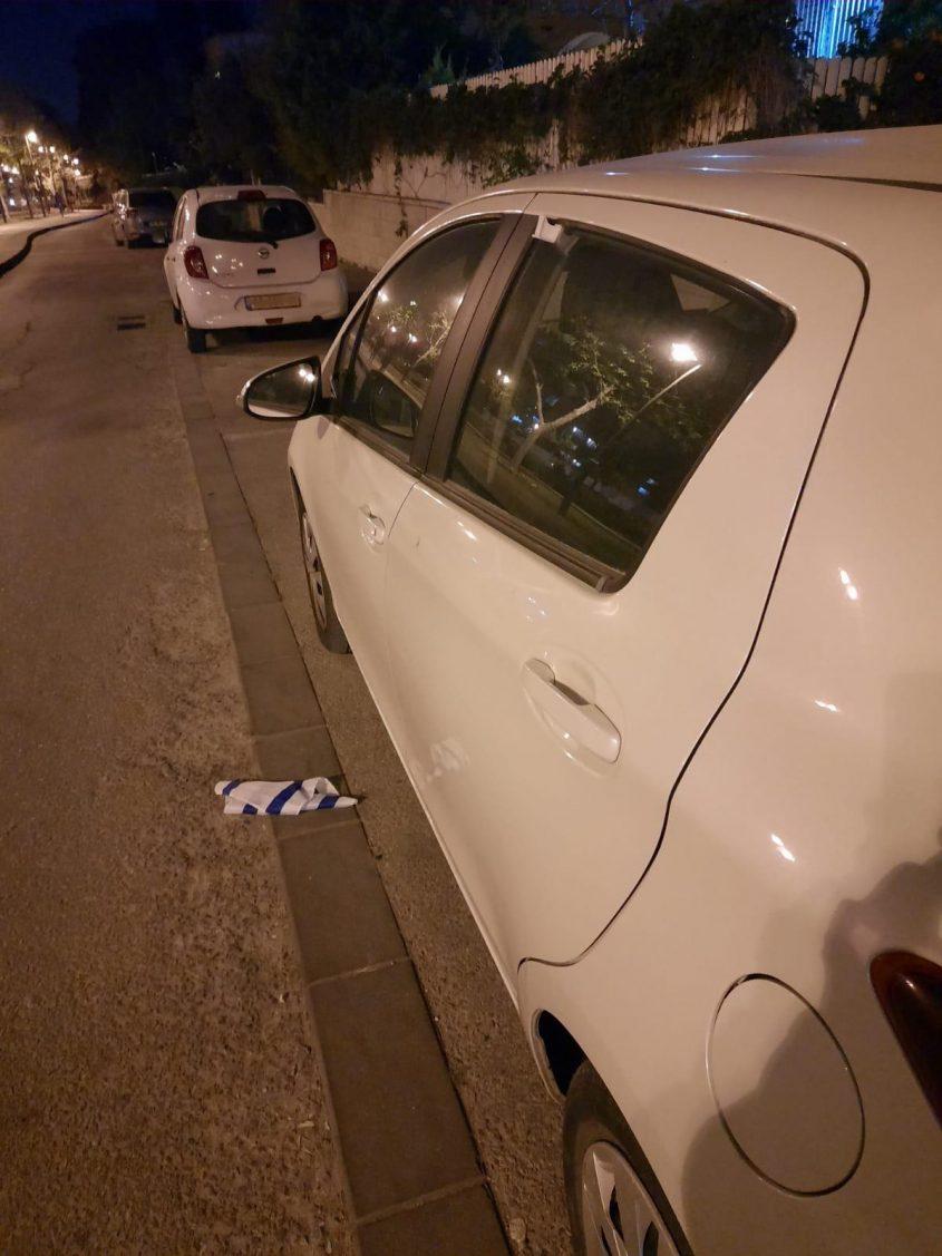 נזק לרכב סמוך לפארק המסילה (צילום: דוברות המשטרה)