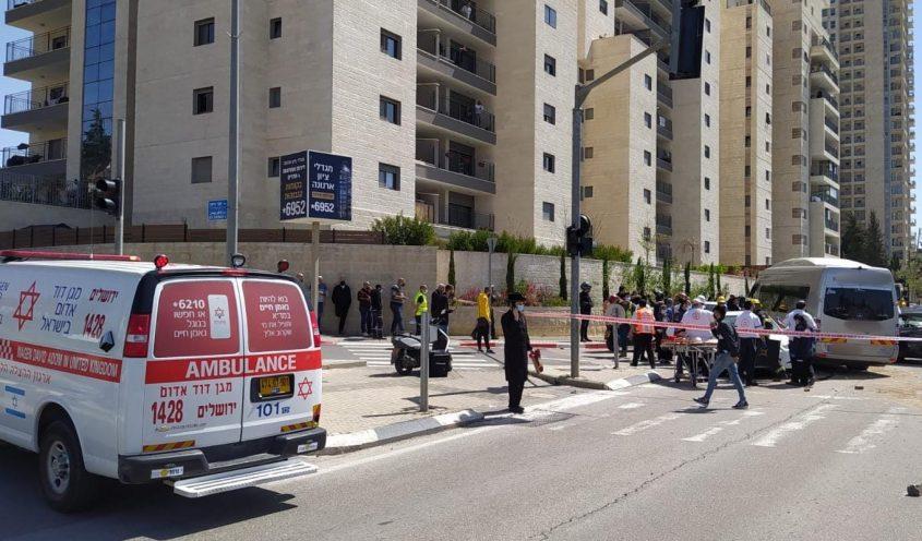 """זירת התאונה הקטלנית ברחוב דרך חברון בירושלים (צילום: רועי שכטר, דוברות מד""""א)"""