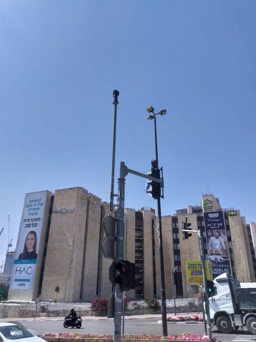 מצלמת אבטחה באזור הכניסה לעיר (צילום: שלומי הלר)