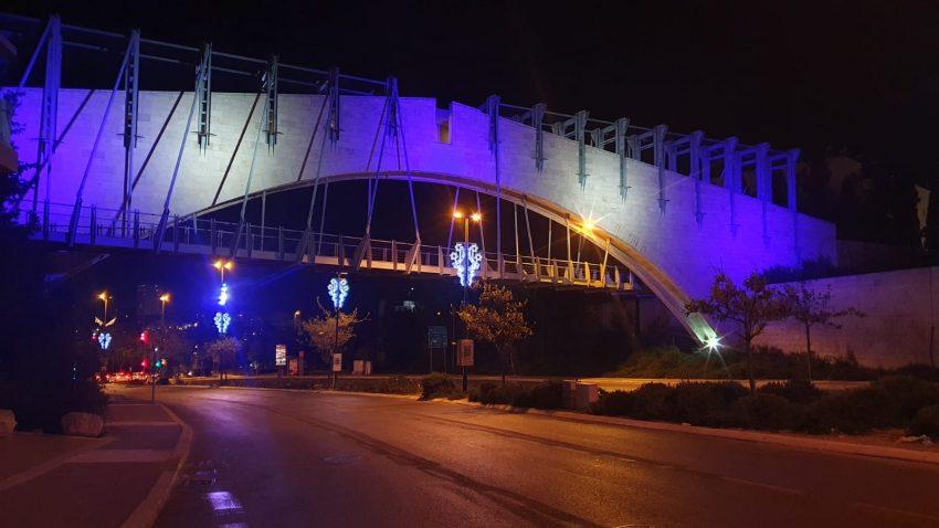 גשר בית המשפט העליון מואר בדגל ישראל ובצבעי כחול לבן (צילום: מחלקת המאור בעיריית ירושלים)