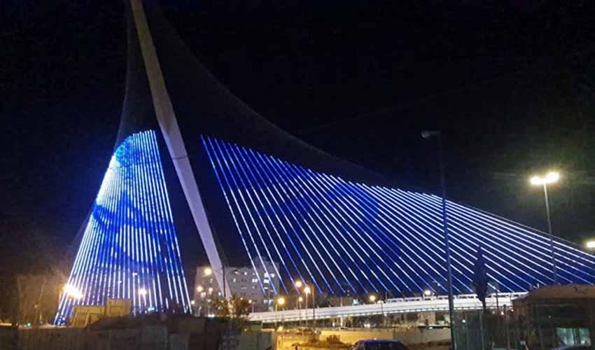גשר המיתרים מואר בדגל ישראל ובצבעי כחול לבן (צילום: מחלקת המאור בעיריית ירושלים)