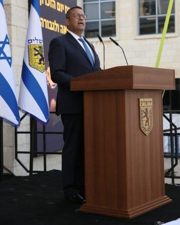 ראש העיר משה ליאון בטקס לציון יום הזיכרון לשואה ולגבורה בכיכר ספרא (צילום: ארנון בוסאני)