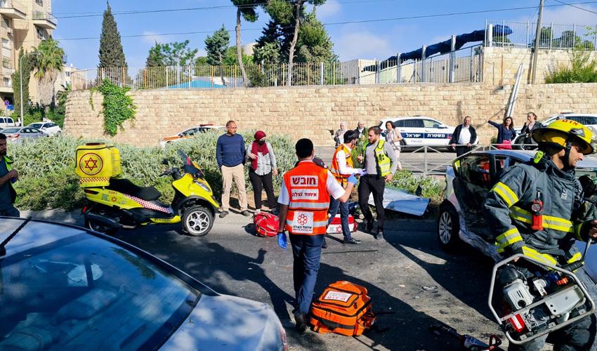 זירת התאונה, סמוך לגבעת התחמושת (צילום: דוברות איחוד הצלה)