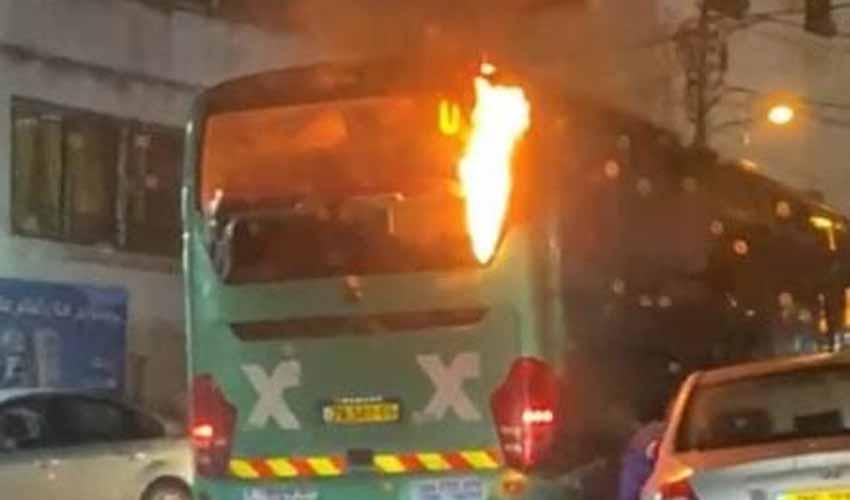 שריפת האוטובוס בעיסאוויה (צילום: רץ ברשת מפורסם לפי סעיף 27 א לחוק זכויות היוצרים להוספת קרדיט נא לפנות למערכת)