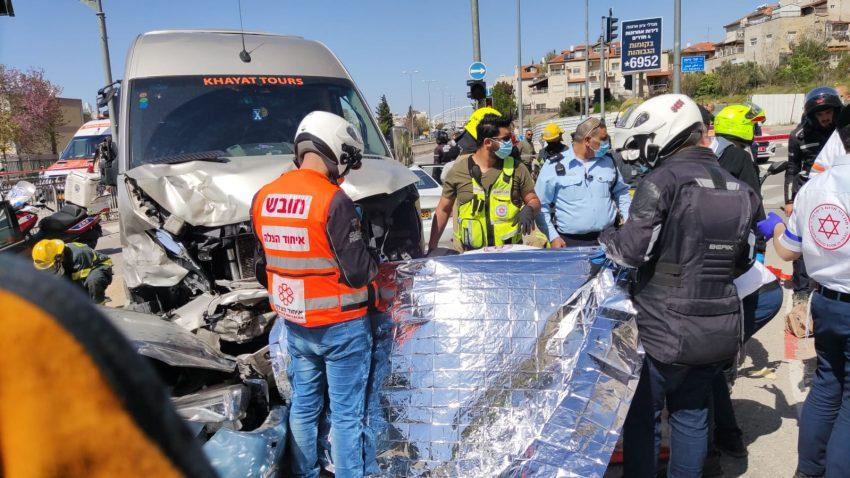 """זירת התאונה הקטלנית ברחוב דרך חברון בירושלים (צילום: כב""""ה ירושלים)"""